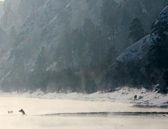 Рыбак на берегу реки Енисей неподалеку от Красноярска. Россия, 2013 год.