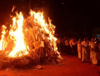 Праздник Латхмар Холи начинается с разжигания костра перед наступлением полнолуния и символизирует сожжение злого демона Холики.