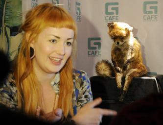 Художница, таксидермистка Адель Морзе и «Упоротый лис» в Geometria Cafe в Санкт-Петербурге.