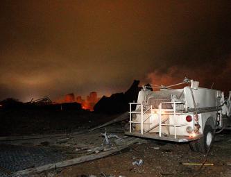 На месте взрыва на заводе удобрений в городе Вест, Техас, США.